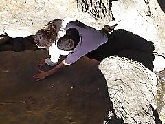 Tugas gevangen in de rotsen