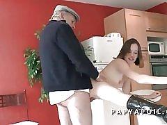 Opa eikels een jonge en mooie student