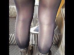 Sexy meisje in zeer glanzend zwarte ondoorzichtige panty 's